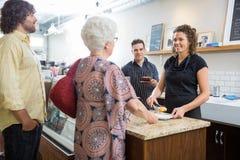 Właściciel Z kolegami I klientami Przy kawiarnią Zdjęcie Royalty Free