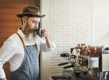 Właściciela sklep z kawą mężczyzna Pije Kawowego pojęcie fotografia royalty free
