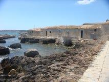 Właściwość rybaków ` s domy na morzu w Sicily Włochy Obraz Stock