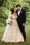 Właśnie coupleon zieleni tła, miotły i panny młodej odprowadzenie w lesie zamężny, zdjęcie stock