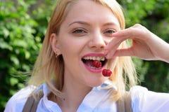 Właśnie jeden powód ono uśmiechać się bardziej Ładna kobieta z szczęśliwym uśmiechem Szczęśliwego kobieta chwyta czereśniowe jago zdjęcie stock