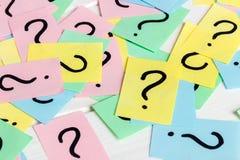 Właśnie mnóstwo znaki zapytania na barwionych papierach obraz royalty free