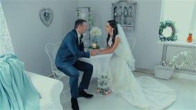 Właśnie para małżeńska opowiada przy stołem zbiory