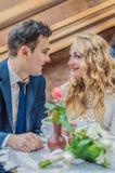 Właśnie para małżeńska w kawiarni Zdjęcia Stock