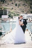 Właśnie pary małżeńskiej odprowadzenie w małej zatoczce Obrazy Stock