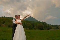 Właśnie pary małżeńskiej panny młodej wskazywać obraz royalty free