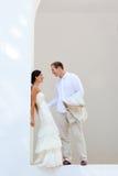 Właśnie poślubiająca w śródziemnomorskim panny młodej para Zdjęcia Stock