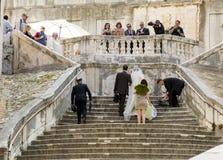 Właśnie poślubiający na schodkach Obrazy Royalty Free