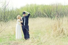 Właśnie poślubiający potomstw para ubierający retro Zdjęcia Royalty Free