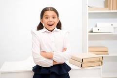 Właśnie słuchająca znakomita wiadomość Dziecko dziewczyna stoi excited twarzy wyrażenie jest ubranym mundurek szkolnego Uczennicy obrazy stock
