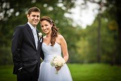 Właśnie zamężna, młoda ślub para w parku, Zdjęcie Stock