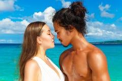 Właśnie zamężna młoda szczęśliwa kochająca para ma zabawę na tropica Fotografia Royalty Free