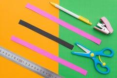 Władca nożyce zszywacze i ręki cięcia papieru patki Obrazy Stock