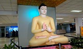 Władyki Buddha statua z sandała kolorem w lotniskowym Srilanka fotografia royalty free