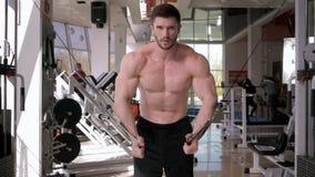 Władza bawi się, silny sportowiec robi sił ćwiczeniom na mięśniach ręki na trakcja stażowym aparacie w gym zdjęcie wideo