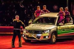 Władza chodzenie samochód na cyrkowej arenie bez pomocy ręki Zdjęcie Royalty Free