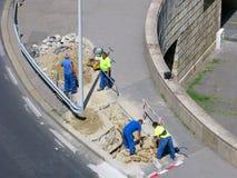 Władza kabel kłaść, grupa budowniczowie, miastowa ulica, odgórny widok zdjęcia stock
