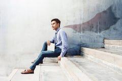 Władza, sukces i przywódctwo w Biznesowym pojęciu, młody człowiek siedzimy