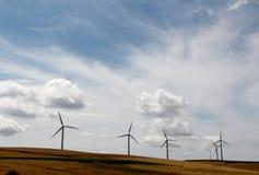 Władza wywołujący silniki wiatrowi, dramatyczny niebo Fotografia Royalty Free