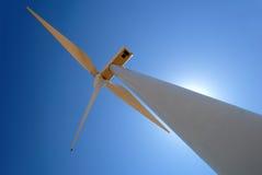 władze wytwarzać surowego wiatrak biały Obraz Stock