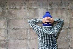 Włamywaczów poddania przeciw ściana z cegieł tłu Obraz Stock