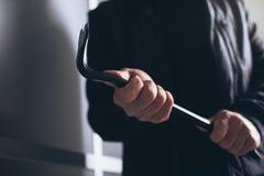 Włamywacz używa piętaka łamać w dom Fotografia Stock