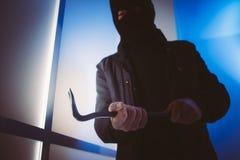Włamywacz używa piętaka łamać w dom Zdjęcia Stock