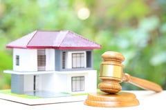Własności aukcja, dom na naturalnym zielonym tle, młoteczka, prawnik domowa nieruchomość i posiadanie własność drewniany i wzorco fotografia stock
