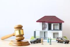 Własności aukcja, dom na wtite tle, młoteczka, prawnik domowa nieruchomość i posiadanie własności pojęcie drewniany i wzorcowy, zdjęcie stock