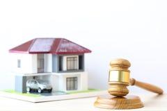 Własności aukcja, dom na wtite tle, młoteczka, prawnik domowa nieruchomość i posiadanie własności pojęcie drewniany i wzorcowy, zdjęcie royalty free