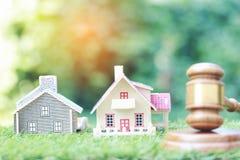 Własności aukcja, modela dom, młoteczek, prawnik domowa nieruchomość i posiadanie własność drewniani na naturalnym zielonym tle, fotografia stock