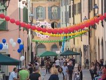 Włoch bergamo Festiwal okręg Borgo Palazzo Szybko się zwiększać który barwi ulicę obrazy royalty free