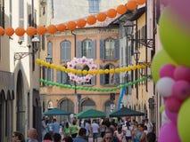 Włoch bergamo Festiwal okręg Borgo Palazzo Szybko się zwiększać który barwi ulicę obraz stock