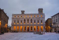 Włoch bergamo Krajobraz na starym głównym placu i bibliotece publicznej po śnieżnego spadku obraz royalty free