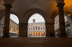 Włoch bergamo Krajobraz na starym głównym placu i bibliotece publicznej po śnieżnego spadku zdjęcie royalty free