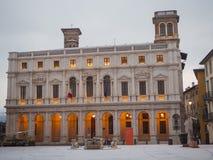 Włoch bergamo Krajobraz na starym głównym placu i bibliotece publicznej po śnieżnego spadku zdjęcia royalty free