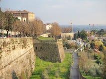 Włoch bergamo Krajobraz przy antycznymi ścianami stary miasto wierzchu miasteczko obraz stock