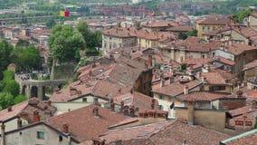 Włoch bergamo Krajobraz przy starym miasteczkiem centrum miasta i dachami, Strzelający od starego fortecy zbiory wideo