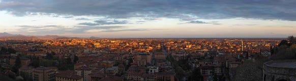 Włoch bergamo Krajobraz stary miasteczko lokalizować na wierzchołku wzgórze od nowego miasta śródmieścia przy wschodem słońca zdjęcie stock
