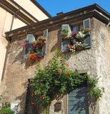 Włoch bergamo Kwiecista fasada dom w średniowiecznym starym miasteczku zdjęcie royalty free