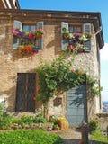 Włoch bergamo Kwiecista fasada dom w średniowiecznym starym miasteczku obraz royalty free