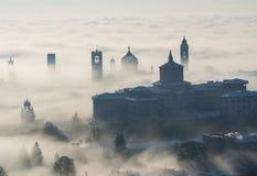 Włoch bergamo lombardy Zadziwiający krajobraz mgła wzrasta od równiien i zakrywa starego miasteczko Fotografia Royalty Free