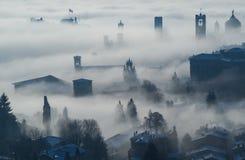 Włoch bergamo lombardy Zadziwiający krajobraz mgła wzrasta od równiien i zakrywa starego miasteczko Zdjęcie Royalty Free