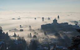 Włoch bergamo lombardy Zadziwiający krajobraz mgła wzrasta od równiien i zakrywa starego miasteczko Obraz Royalty Free