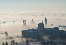 Włoch bergamo lombardy Zadziwiający krajobraz mgła wzrasta od równiien i zakrywa starego miasteczko Zdjęcie Stock