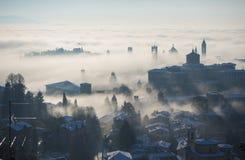 Włoch bergamo lombardy Zadziwiający krajobraz mgła wzrasta od równiien i zakrywa starego miasteczko Zdjęcia Stock