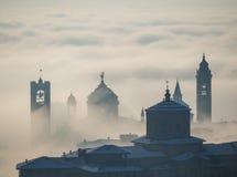 Włoch bergamo lombardy Zadziwiający krajobraz mgła wzrasta od równiien i zakrywa starego miasteczko Obrazy Stock
