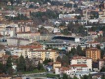 Włoch bergamo Stadion futbolowy dokąd Atalanta bawić się jak widzieć od górnego miasta zdjęcia royalty free