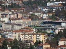 Włoch bergamo Stadion futbolowy dokąd Atalanta bawić się jak widzieć od górnego miasta fotografia stock