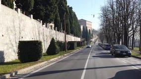 Włoch bergamo starego miasta Kierowcy punkt widzenia Jechać wzdłuż alei blisko do Weneckich ścian zdjęcie wideo